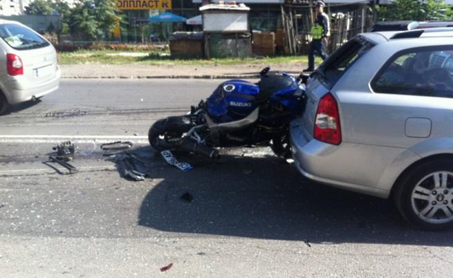 Кола и мотор се удариха до пешеходна пътека