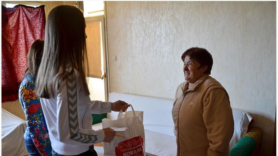 Дари храна на пенсионер в нужда