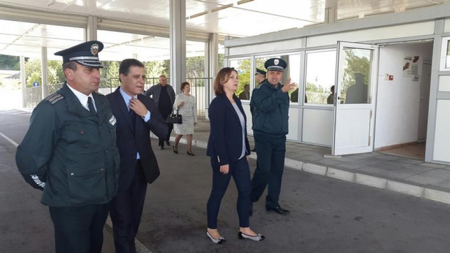 Министър Бъчварова на посещение на ГКПП Гюешево