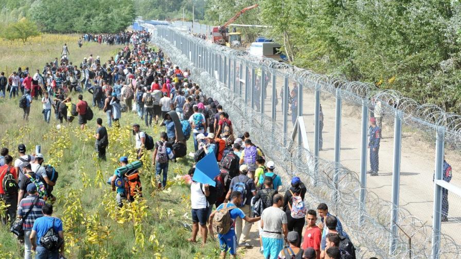 Стотици имигранти напират да влязат в Унгария