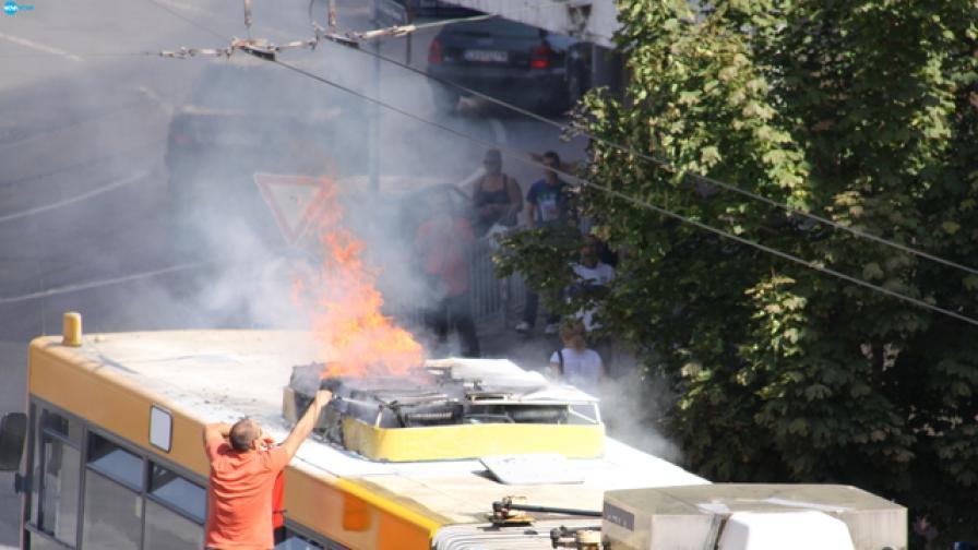 Тролей се запали в София, няма пострадали (снимки)