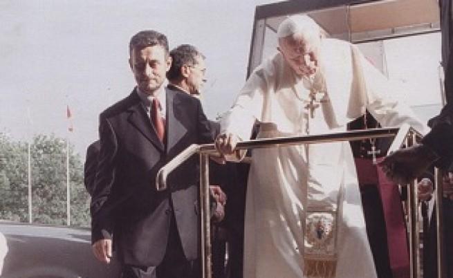 Светият отец Папа Йоан Павел II благослови Соломон Паси и автомобила му през 2002 г. Снимка: Архив сем. Паси