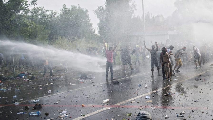 Стотици мигранти се биха в Унгария