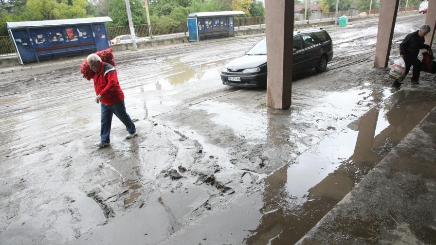 Перник бе наводнен на няколко места, след изсипалия се пороен дъжд, придружен от мощни гръмотевици. Почти всички улици на града бяха наводнени.