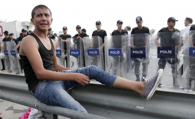 Турската полиция направи жива верига, за да спре бежанци (видео)