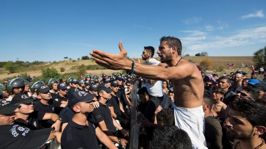 Турски полицаи спряха бежанците при Одрин, преди да достигнат до границите с България и Гърция