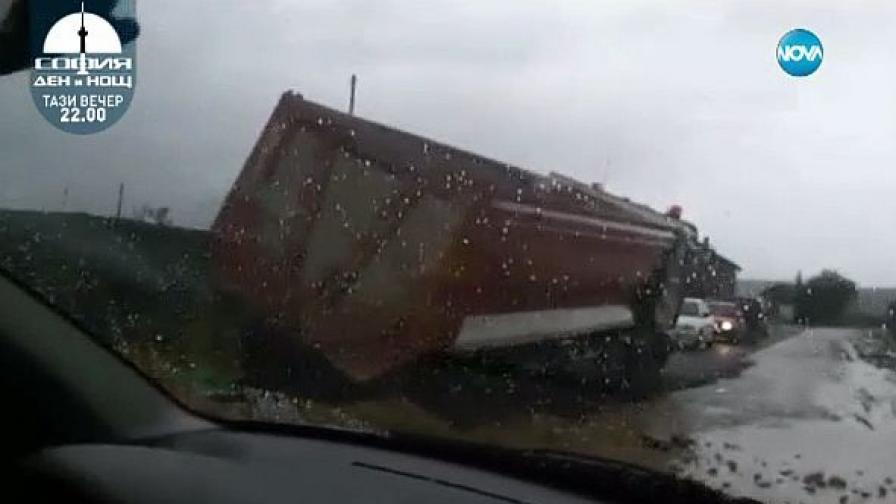 ТИР потъва в току-що положен асфалт (видео)