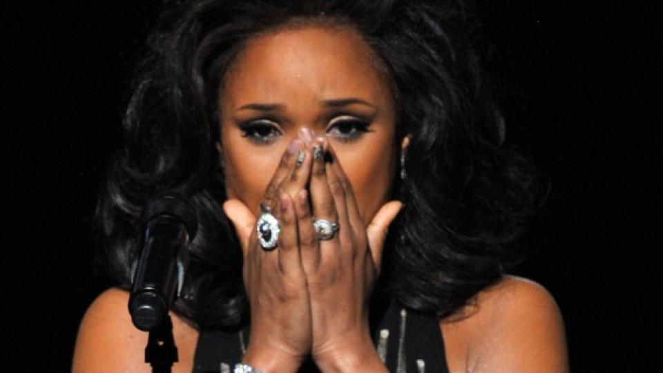 Дженифър Хъдсън не скри емоциите си, изпявайки I Will Always Love You, на тазгодишните Грами в памет на Уитни Хюстън