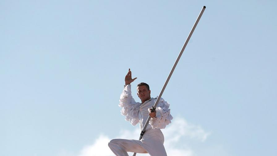"""19 годишния Кристиян Адам от Унгария преминa необезопасен по тънко стоманено въже на 15 метра от външната страна на купола на Българския Национален Цирк """"София"""""""