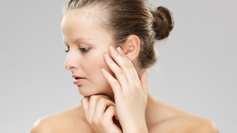 жена лице почистване кожа красота