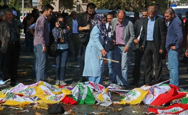 Хора ридаят край телата на жертвите от двойния атентат в Анкара, покрити със знамена
