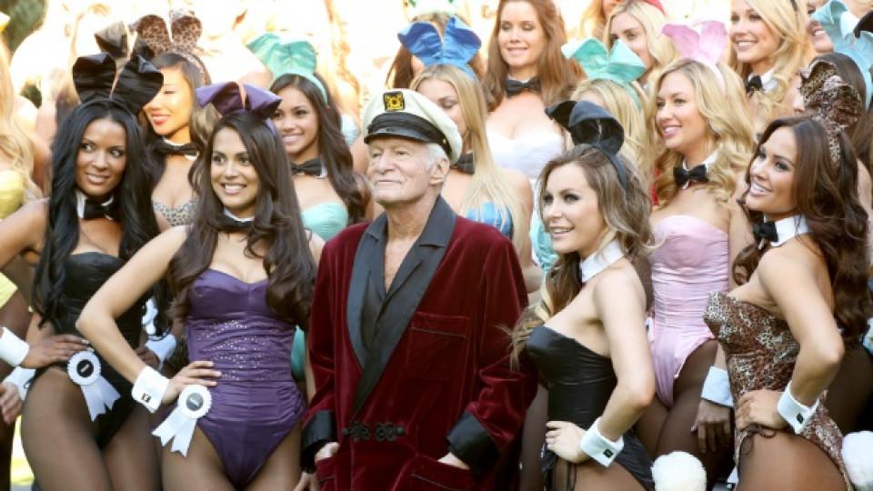 """Основателят и главен творчески директор на Playboy Enterprises Хю Хефнър със """"зайчетата"""" на списанието"""