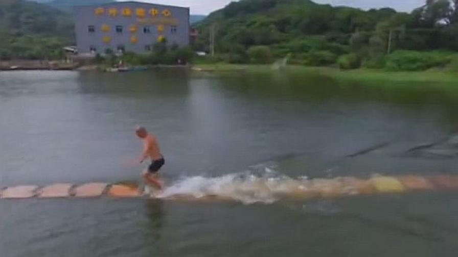 Китайският монах, който върви по вода (видео)