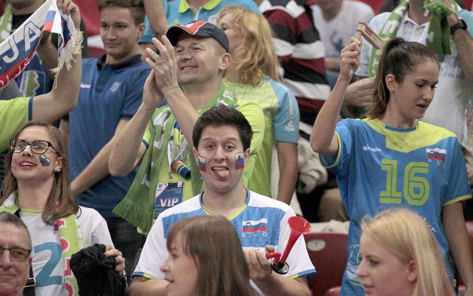 СНИМКИ: Поляци подкрепят мощно Словения на полуфинала