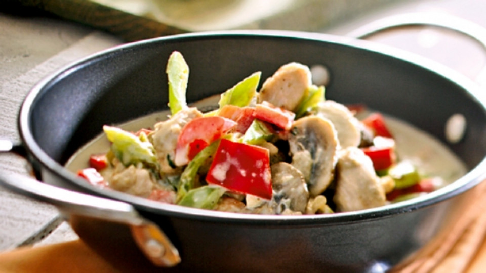 Пилешко с гъби, зеленчуци и вино за 20 минути
