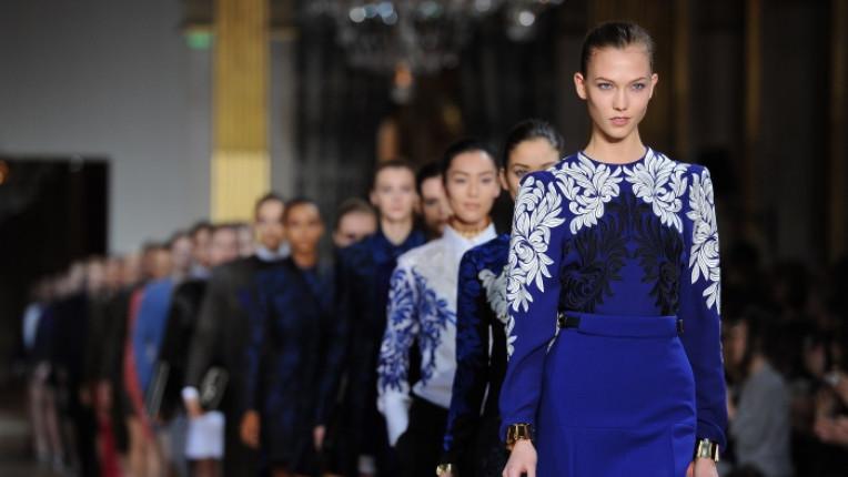 мода дефиле Стела Маккартни жена рокля синьо