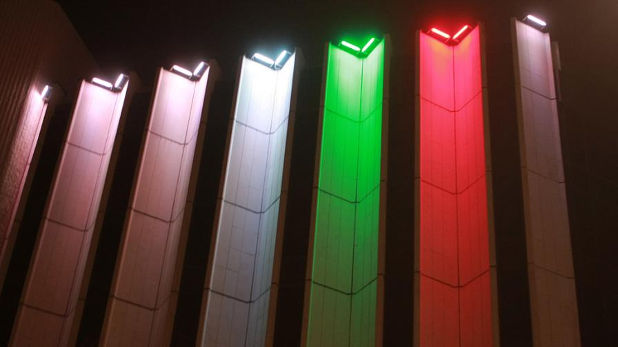 Фасадата на НДК, осветена в българското знаме