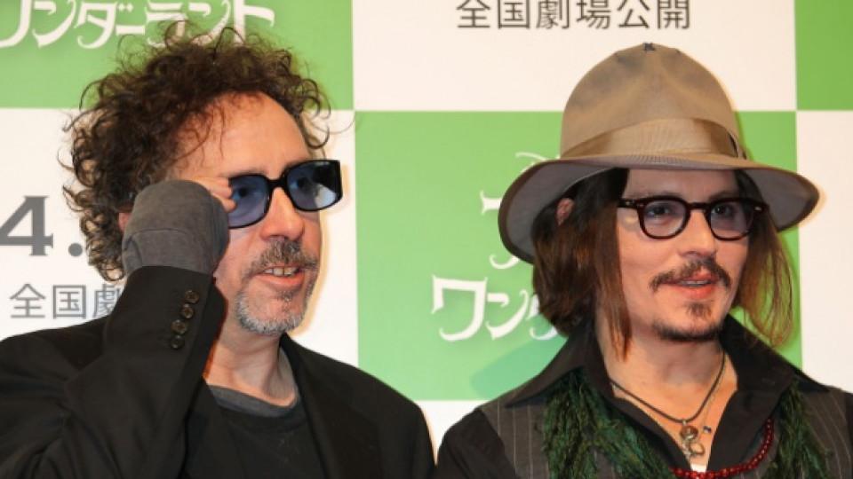 """Тим Бъртън и Джони Деп по време на премиерата на кинопродукцията """"Алиса в страната на чудесата"""" (""""Аlice In Wonderland), Токио, март 2010 г."""