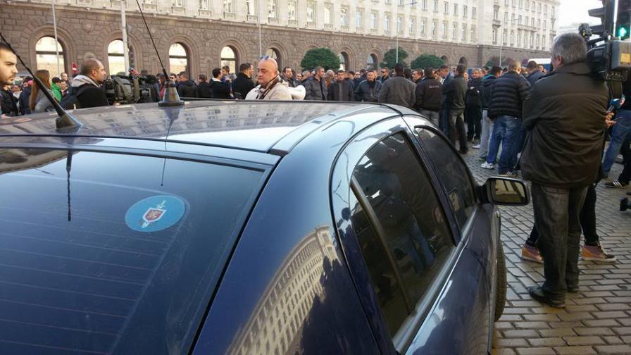 Полицаи блокираха движението пред МС (видео)