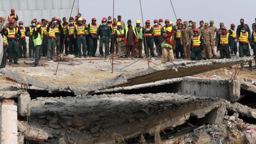 Тежка техника помага на спасителите да стигнат до затрупаните под фабрика в Лахор, Пакистан