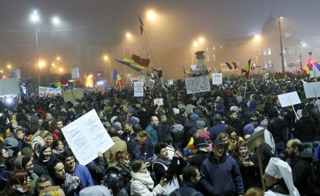 Протестите в Румъния продължават, освиркаха президента