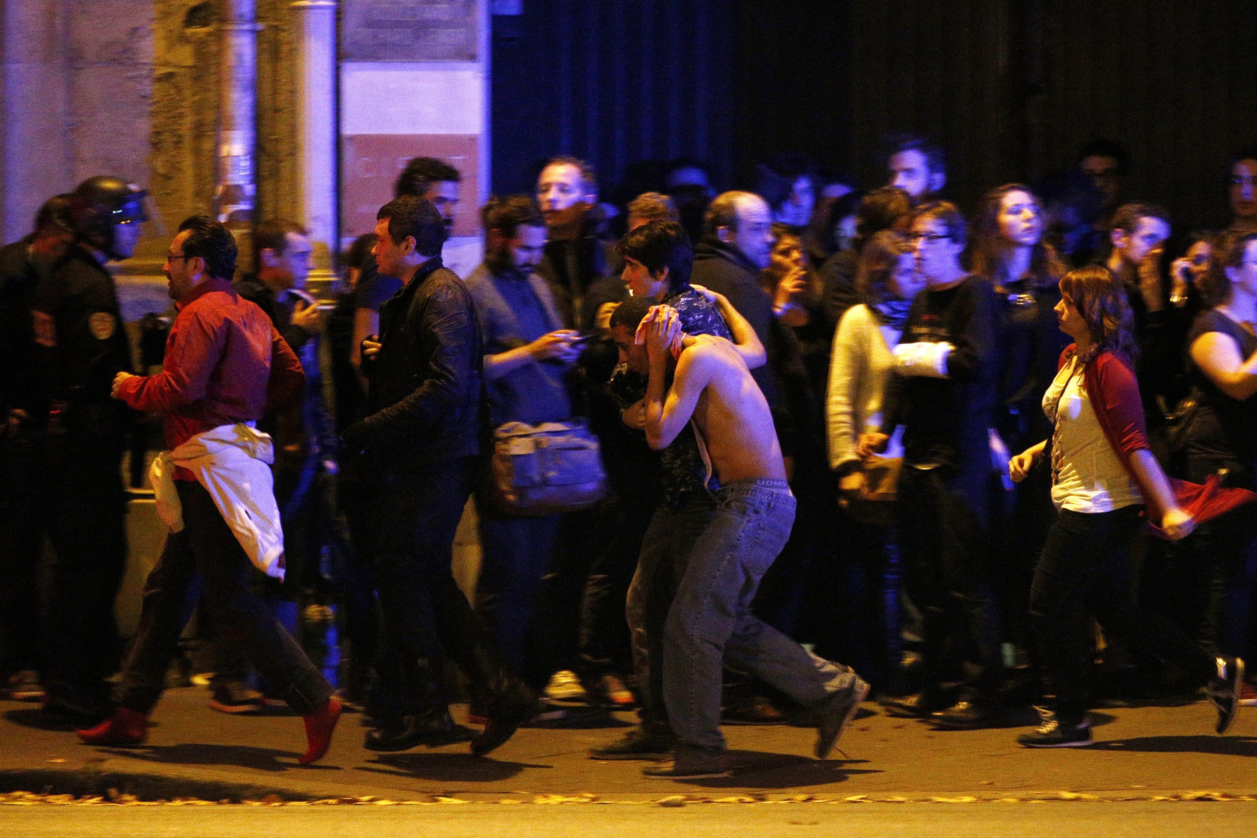 Най-малко 128 са жертвите на атаките във френската столица. Ранени са още 180 души, 99 от които са в тежко състояние