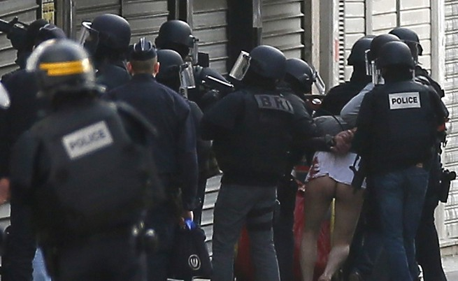 """Полицаи заловиха още един от терористите, които се бяха барикадирали в апартамент в """"Сен Дени"""""""