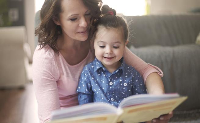 Интерактивното четене на книги помага за ранното развитие на грамотността при децат