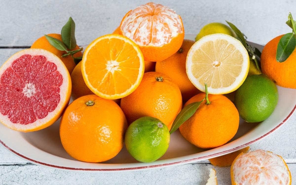 Цитрусови плодове<br /> <br /> Най-често цитираната причина за ерозия на емайла са диетичните киселини, а цитрусовите плодове са най-големите виновници. Лимоновият сок има най-вредно влияние върху зъбите, следван от сока от грейпфрут, този от портокал и и накрая водата. Може да искате да изстисквате цитруси във водата си и да пиете тази полезна и освежаваща напитка по цял ден, но ако не можете да ограничите приема ѝ поне го правете през сламка, за да ограничите киселинния контакт.