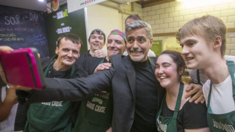 "Джордж Клуни заедно с персонала на ""Social Bite"""