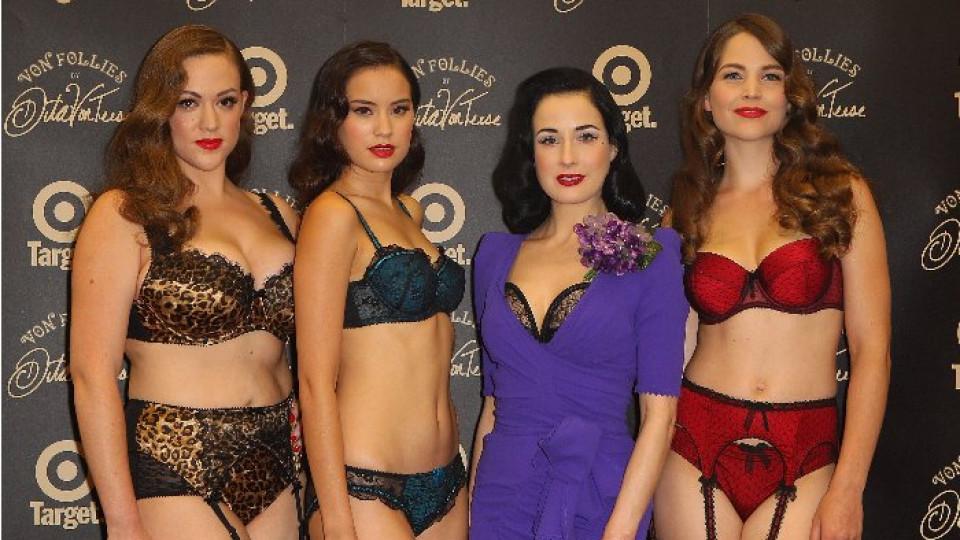 Дита Фон Тийз и нейните момичета на представянето на новата й колекция Von Follie