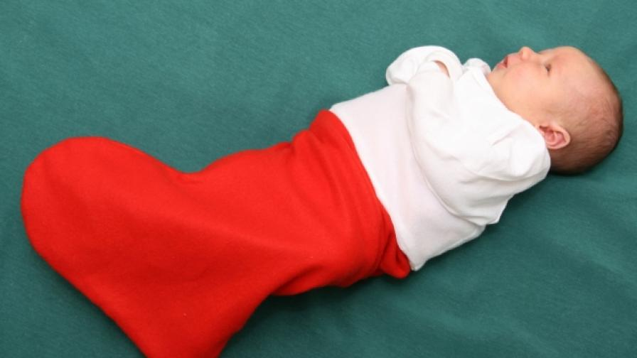 Изписват новородени бебета в коледен чорап