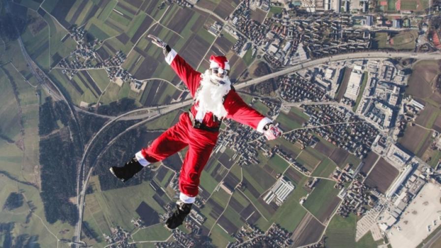 Дядо Коледа раздава подаръци с парашут