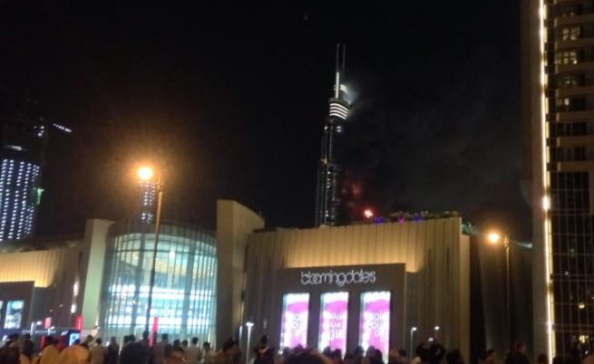 Огромен пожар в небостъргач в Дубай не спря тържествата (видео)