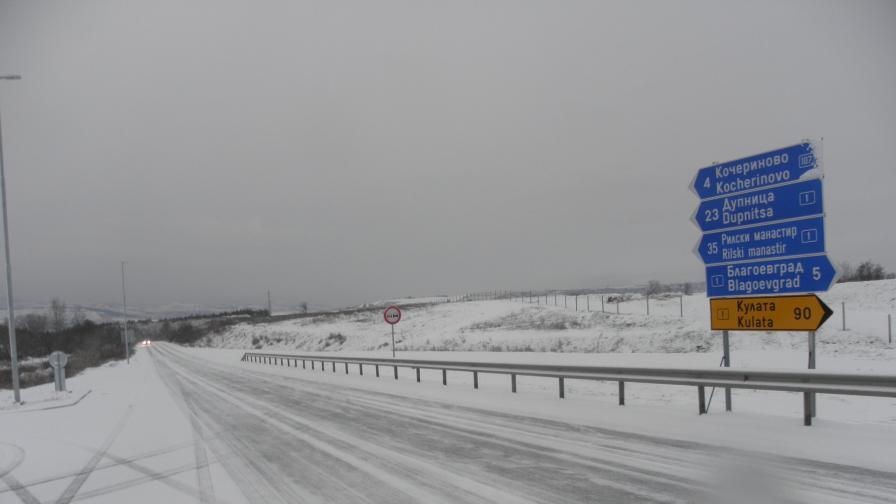 Снегът предизвика сериозни проблеми и катастрофи