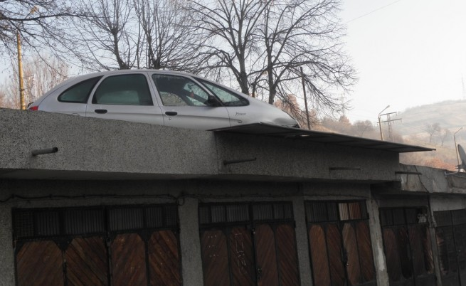 Паркирала върху гараж