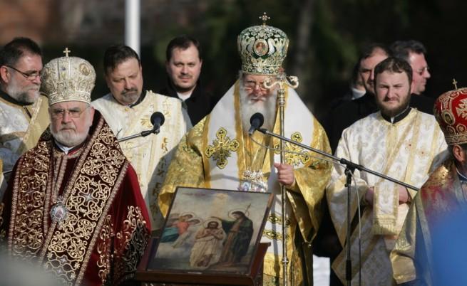 Патриарх Неофит освещава знамената-светини
