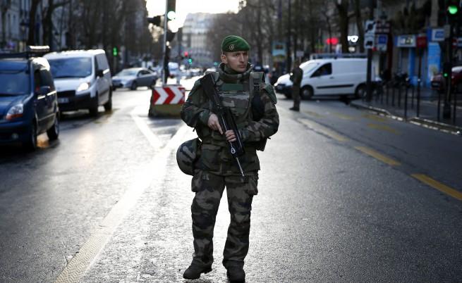 """Нападателят, застрелян в Париж със знаме на """"Даеш"""""""