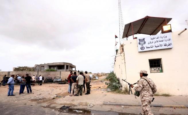 Близо 65 души бяха убити при атенатат в либийско полицейско училище