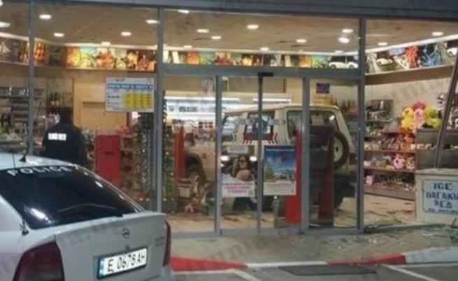 Джип паркира в бензиностанция в Сандански