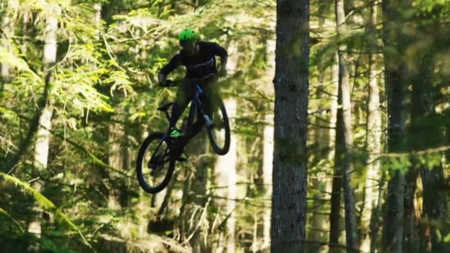 Разцепете склона на планински байк с Йоан Барели