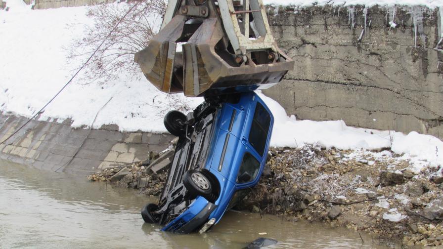 Вижте как вадиха с кран потънала кола от р. Дунав
