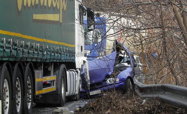 Водач на автомобил с гръцка регистрация загина на място след като се заби в ТИР със софийска регистрация.