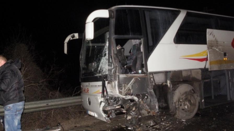 Сблъсък между автобус и джип, има един пострадал