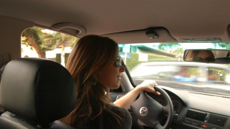 жена паркиране шофьорски изпит
