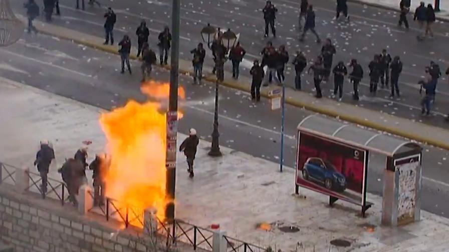 """Коктейли """"Молотов"""" срещу сълзотворен газ в Атина"""