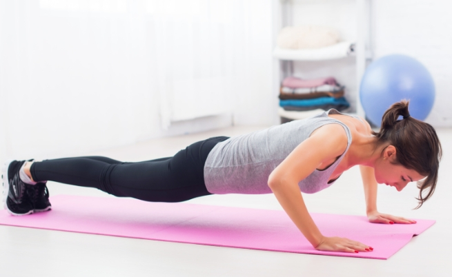 жена лицеви опори упражнения тренировка