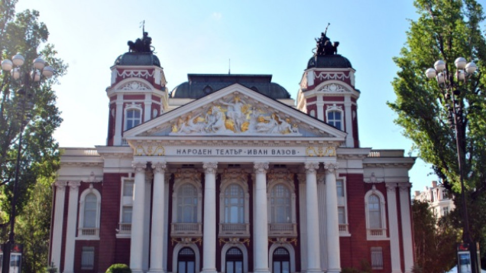 Една от локациите на феста е точно пред централния вход на Народния театър в столицата
