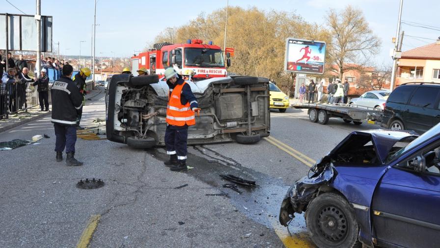 Автомобил обърна пикап в Хасково, петима ранени