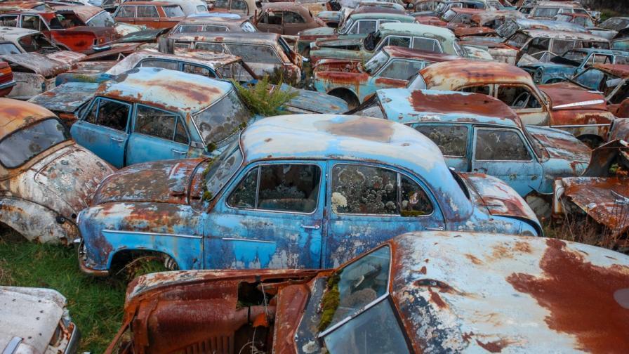 Изоставена мина крие гробище за коли (снимки)